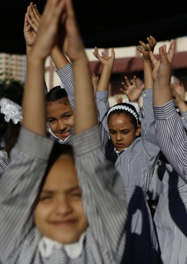 Las niñas juegan en el patio de uno de los colegios de la Franja de...