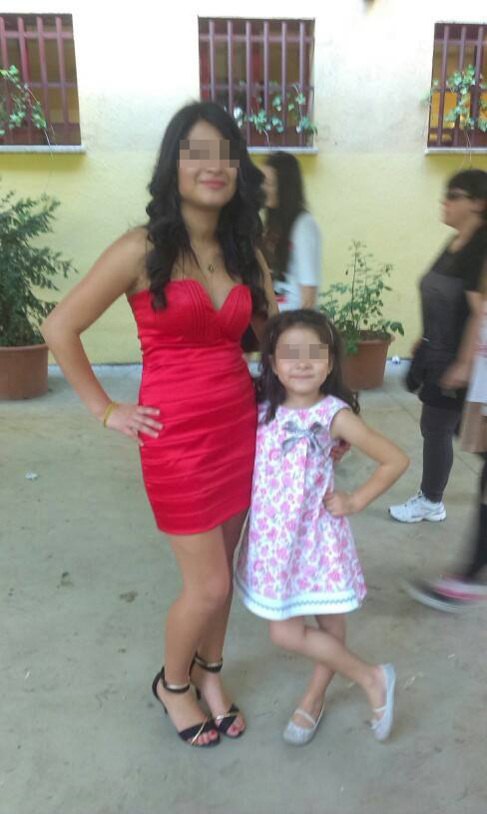 Ariadna junto con su hermana pequeña.
