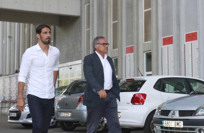 Aouate y Cerdà se dirigen hacia la sala de prensa el día de la...