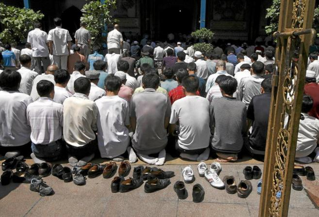 Musulmanes uigures rezan en una mezquita de Urumqi (Xinjiang).