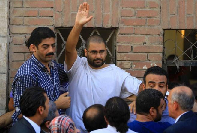 El activista egipcio Alaa Abdelfatah (en el centro, saludando), en El...