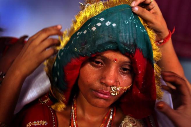 Una joven india de 15 años llora el día de su boda.