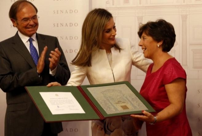 Doña Letizia entrega el galardón a Carmen del Riego en presencia de...
