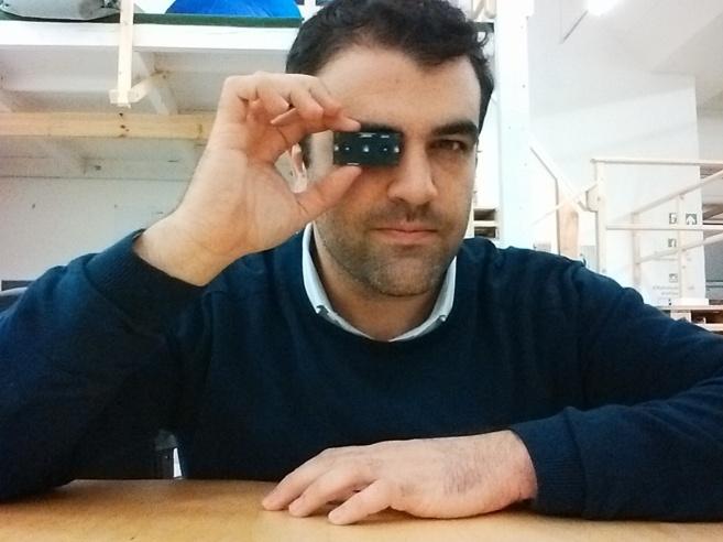 Oriol Tort posa con su dispositivo que cuenta personas en las oficinas...
