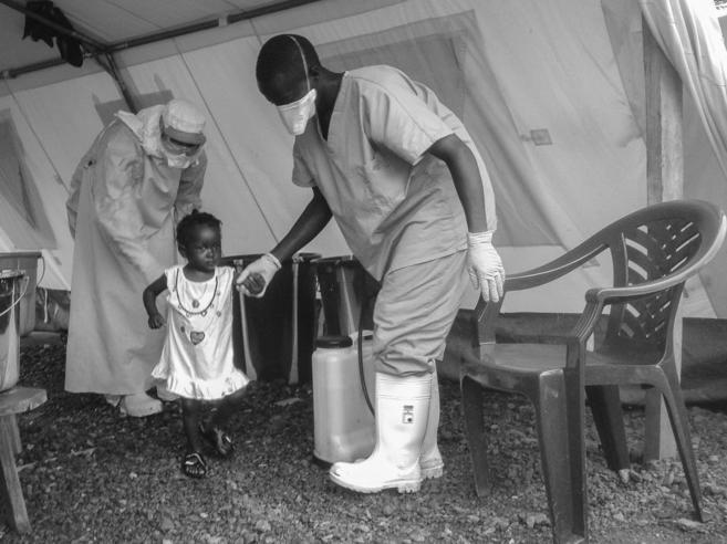 Isata, de 22 meses, la paciente más joven en recuperarse del ébola.