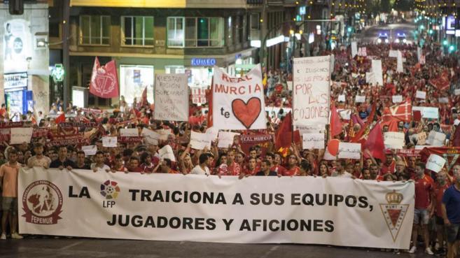 Aficionados del Murcia se manifiestan en contra de su descenso.