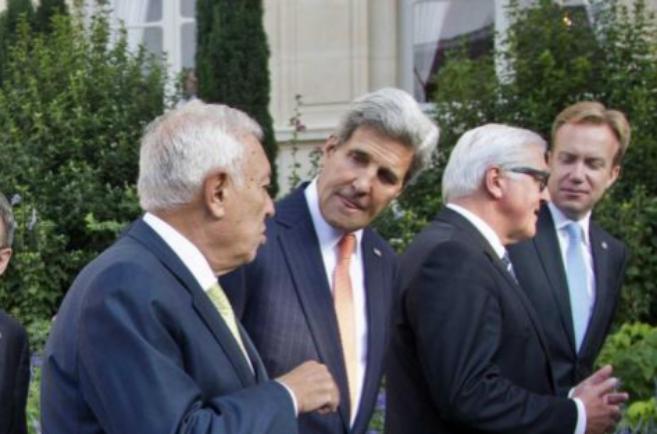 El ministro de Exteriores, José María Margallo, charla con Kerry en...