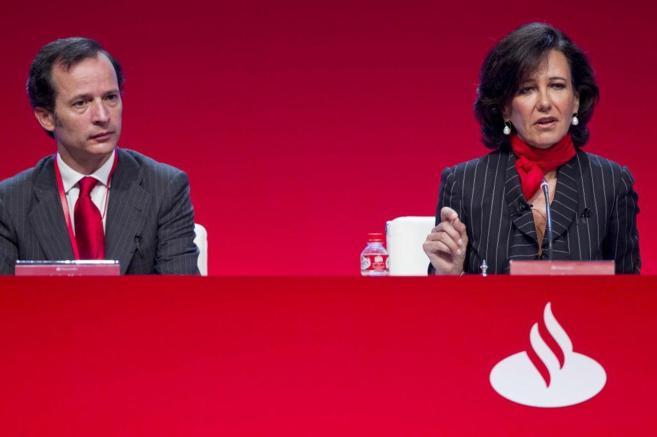 Ana Botín, nueva presidenta del Santander, junto al consejero...
