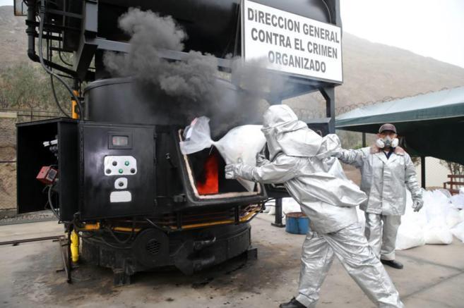 La policía peruana incinera cocaína incautada a mexicanos