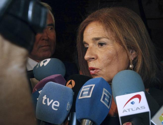 La alcaldesa, Ana Botella, rodeada de periodistas.