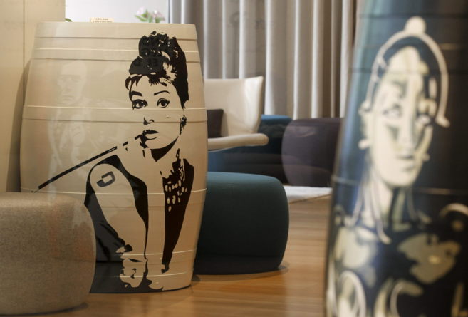 La imagen de la acriz Audrey Hepburn  presentes en barricas de crianza...