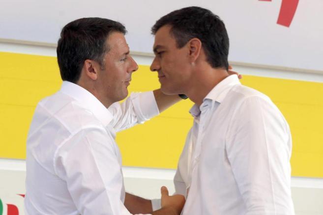 El primer ministro italiano, Matteo Renzi (izda.), con Pedro Sánchez,...