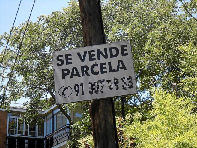 Imagen de archivo que anuncia una parcela en venta en Madrid.