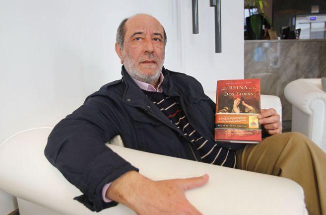El escritor posa con su libro 'La reina de las dos lunas'.