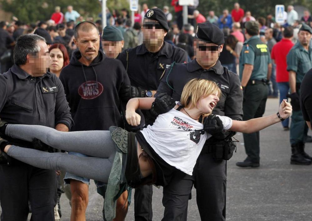Una activista es retirada de la cadena humana por agentes de la...