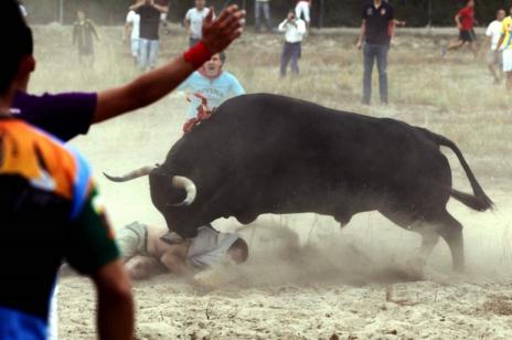 Cuatro personas heridas por asta de toro, una de ellas muy grave.