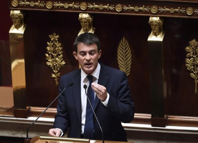 Manuel Valls se dirige a los miembros del Parlamento.
