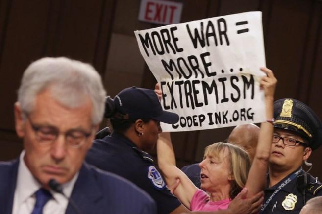 Una mujer protesta en una comparecencia de Chuck Hagel, en Washington.