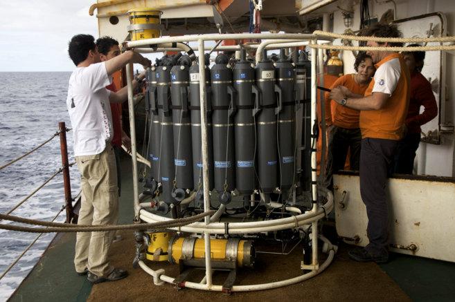 Un aparato Roseta-CTD, utilizado para recolectar zooplancton, a bordo...
