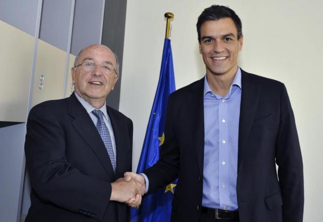 Pedro Sánchez, con Joaquín Almunia en Bruselas.