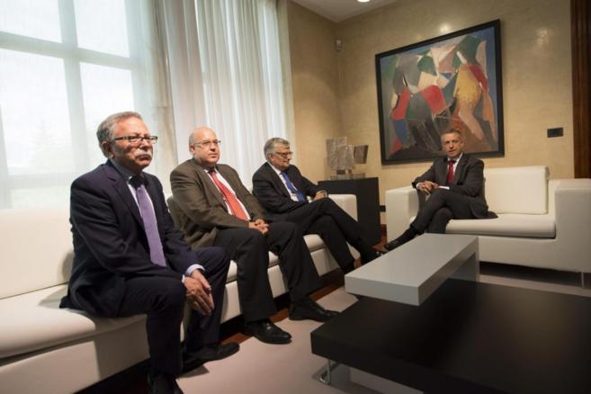 El lehendakari durante la reunión con Eduado Torres-Dulce y Juan...