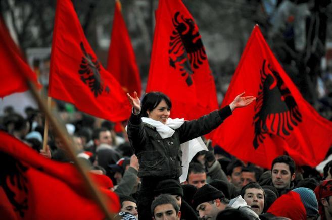 Una joven albano-kosovar celebra la proclamación de independencia de...