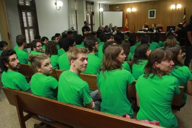 Los 44 estudiantes sentados en el banquillo de los acusados del...