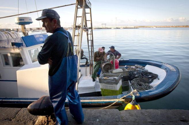 Un pesquero de Barbate se prepara para faenar en aguas marroquíes.
