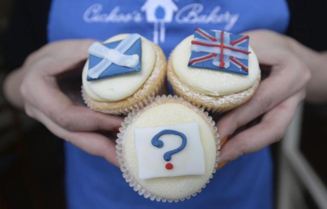 Pasteles con un interrogante, con la bandera de Escocia y con la de...