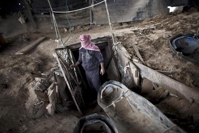 Un palestino sale de uno de los túneles que conecta la Franja de Gaza...