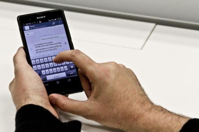 Un hombre mantiene una conversación a través de mensajes en el...