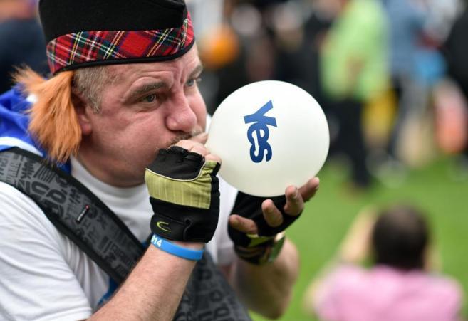 Un ciudadano a favor de la independencia de Escocia con un globo, en...