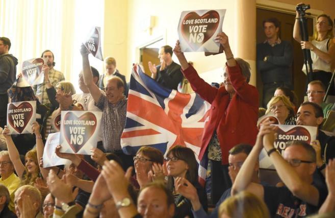 Manifestantes contrarios a la independencia, con carteles a favor del...