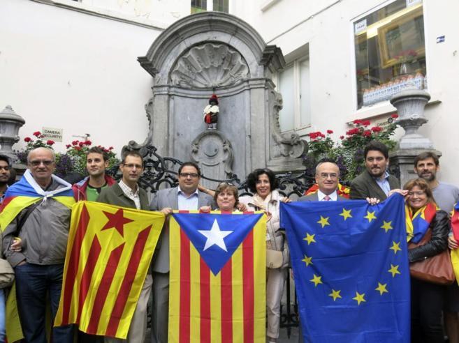 Miembros del Casal Catalá de Bruselas conmemoran la diada frente al...