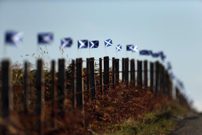 Pequeñas banderas escocesas en la isla de Skye.