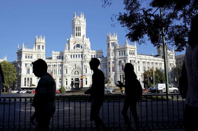 Turistas por la plaza de Cibeles, en Madrid.