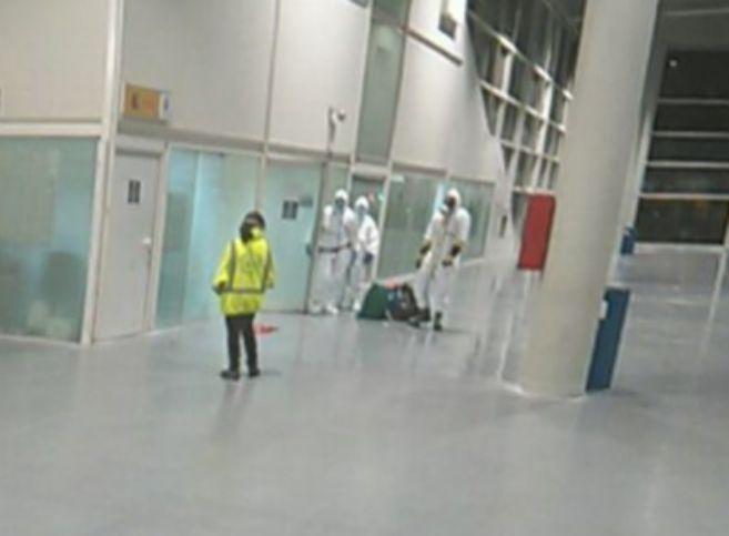 Los equipos del Samur con los trajes NBQ en la estación.