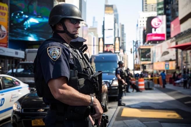 Un oficial armado hace guardia en la emblemática Times Square de...