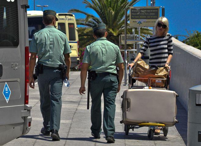 Agentes de la Guardia Civil pasean por los exteriores del aeropuerto...