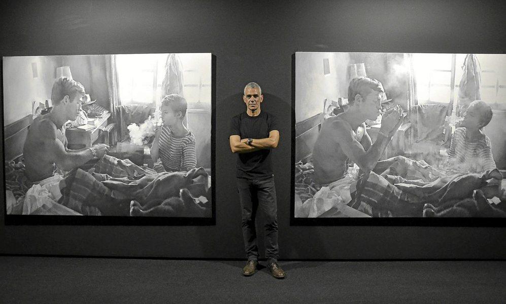 Pep Girbent posa con dos de las obras pertenecientes a...