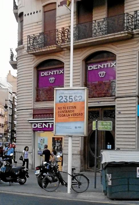 La banderola delante de la Clínica Dentix que ha sido retirada.