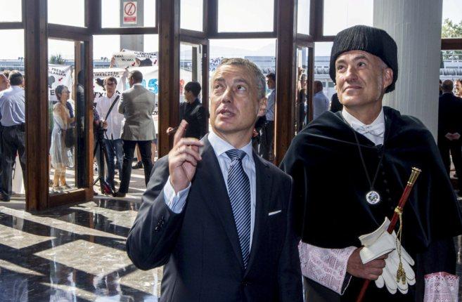 El lehendakari, Iñigo Urkullu, charla con el rector de la Universidad...