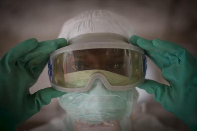 Un médico de MSF se ajusta las gafas de protección en Conacry. VEA...