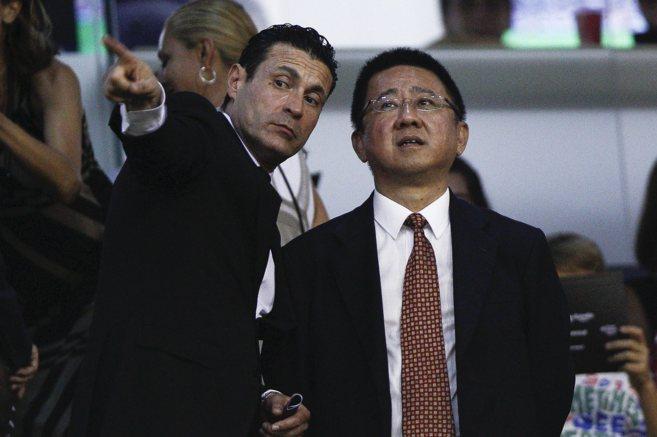 Amadeo Salvo señala una parte del estadio a Kim Koh, el hombre de Lim...