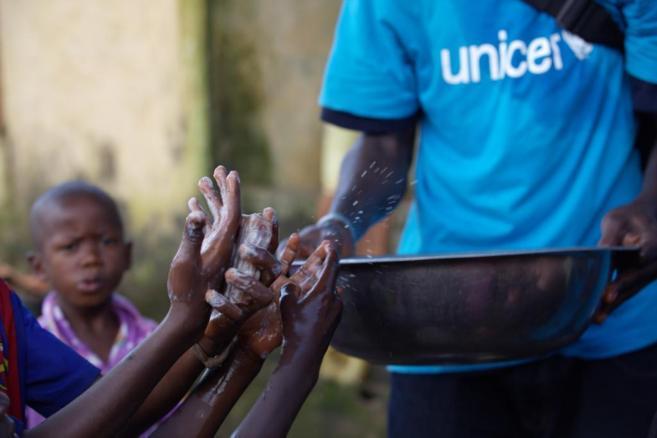 Niños lavándose las manos en Guinea.