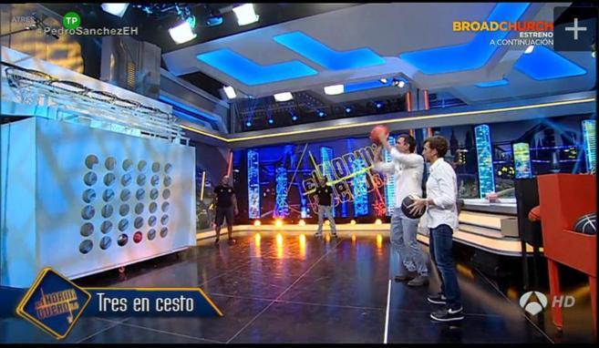 Pedro Sánchez, lanza un balón durante su intervención en 'El...