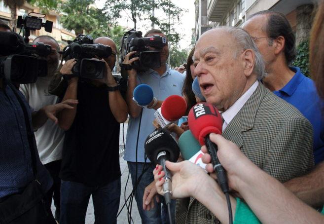 El ex president habla ante los medios a la salida de su vivienda estte...