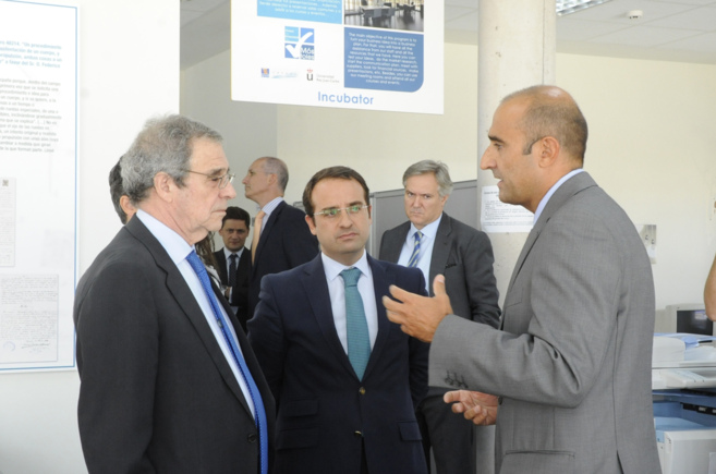César Alierta, a la izquierda junto al alcalde de Móstoles, en el...