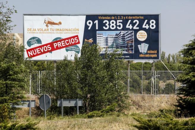 Un cartel publicita una nueva promoción residencial en Madrid...
