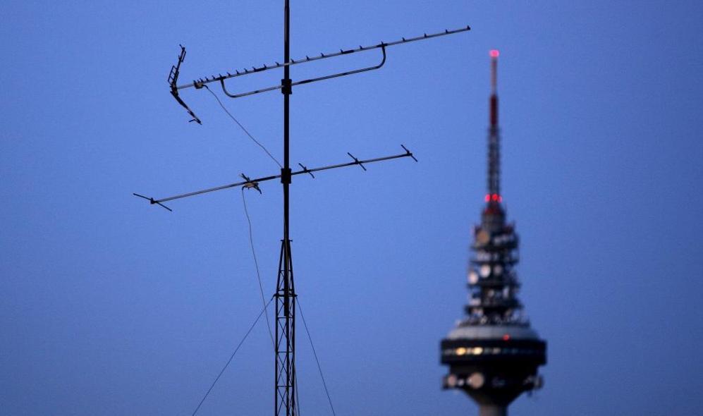 Vista de una vieja antena de television con el 'pirulí' de...
